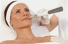 Behandelt Hautunreinheiten sowie Falten und Pigmentflecke, Narben